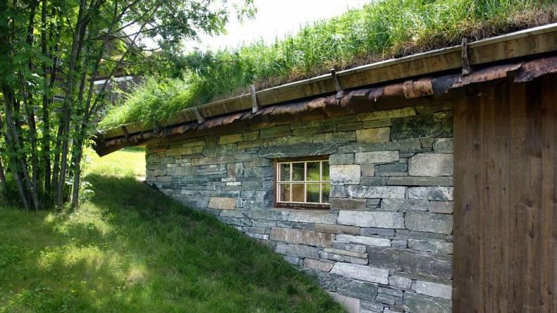 Fasade i tørrmur med naturkant fra Oppdal Sten.