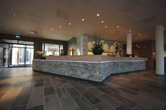 Lys Oppdal på gulv, og resepsjon i murstein fra MINERA SKIFER