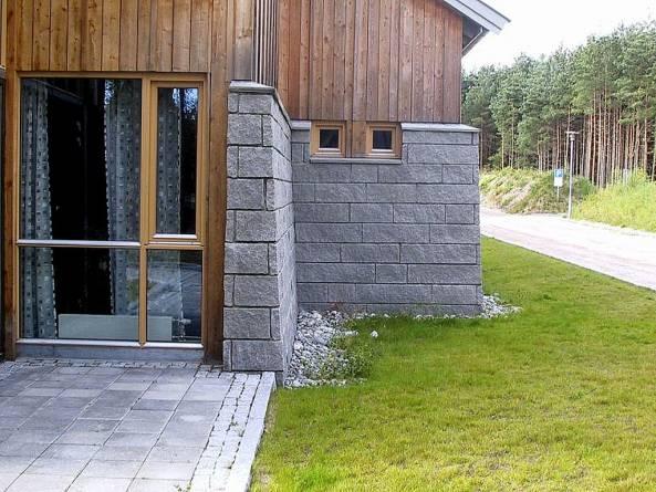 Splittet granitt som veggkledning. Foto: Natursteinskompaniet