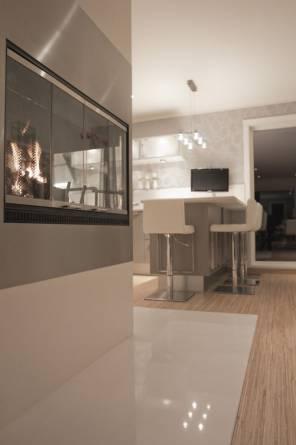 Hvit kompositt som gulvplate forran peis. Foto: Nerlands Granittindustri AS