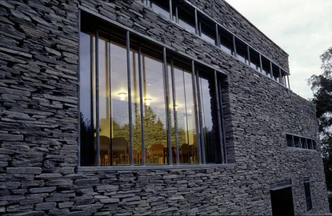 Lys Oppdal murstein på fasaden til Mortensrud kirke fra MINERA SKIFER