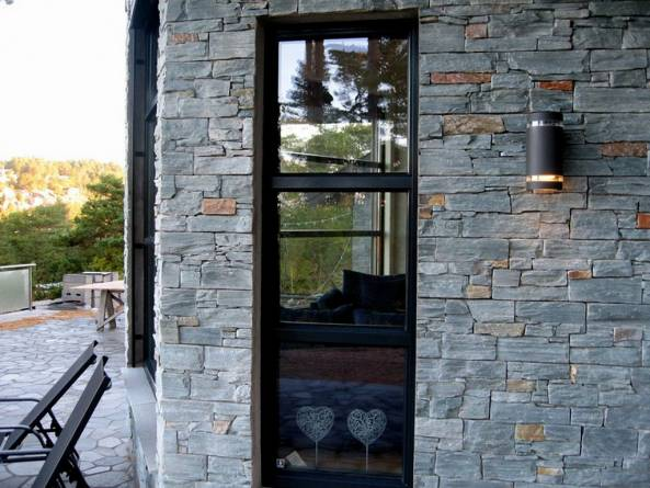 Steinpanel på vegg. Foto: Skifer og granitt