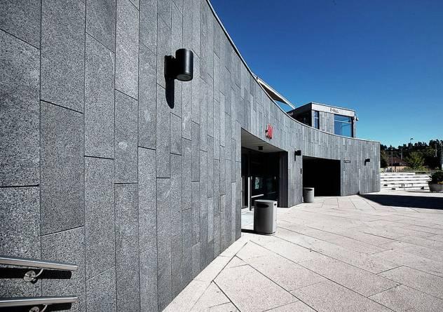 Kledning av vegg i granitt. Kolbotn Torg Foto: Natursteinskompaniet